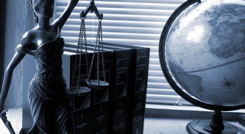 Gesetzestexte und Globus